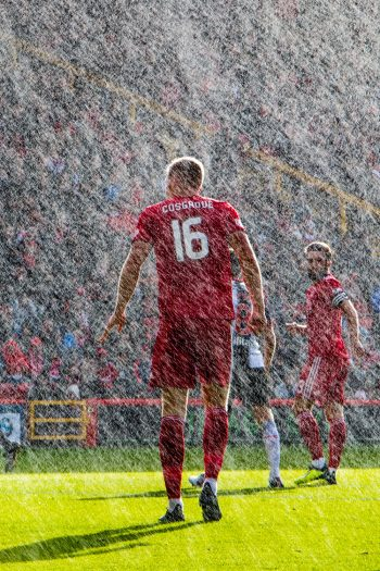 Scott Baxter Photography of Aberdeen FC in the rain.